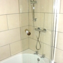 Pendragon Estate self catering Cottage shower