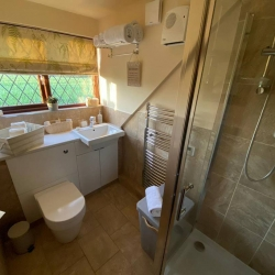 Barclay Farmhouse self catering cottage shower room