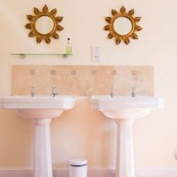 Huntlands farm bathroom 1